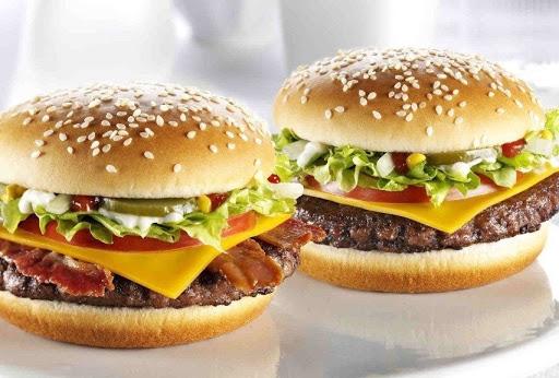 Счастливая еда Макдональдса: Держите чизбургер